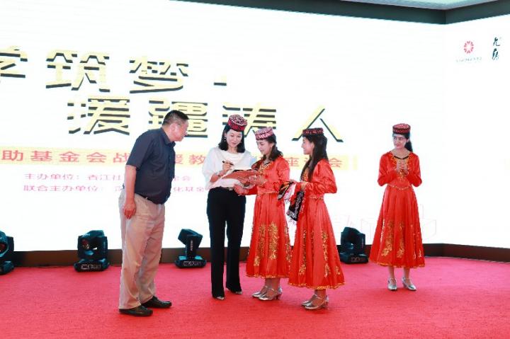 17翟美卿总裁为新疆班学生签名赠书.jpg